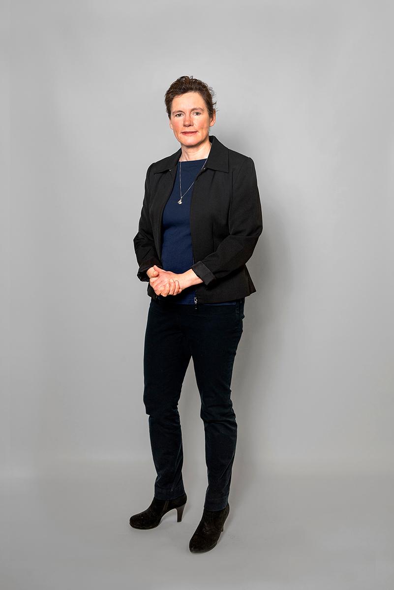 Staande Foto Van Janet Bastian (Finance) Op Een Grijs Doek.