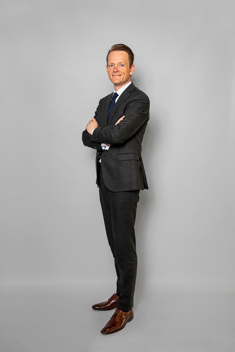 Staande Foto Van Patrick De Boer MSc (CEO) Op Een Grijs Doek.