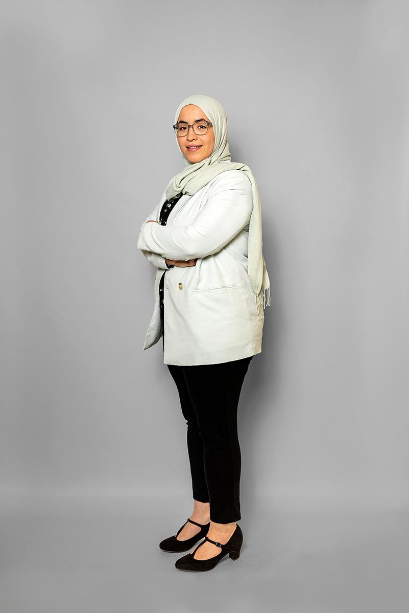 Staande Foto Van Saida Aissaoui (HR) Op Een Grijs Doek.