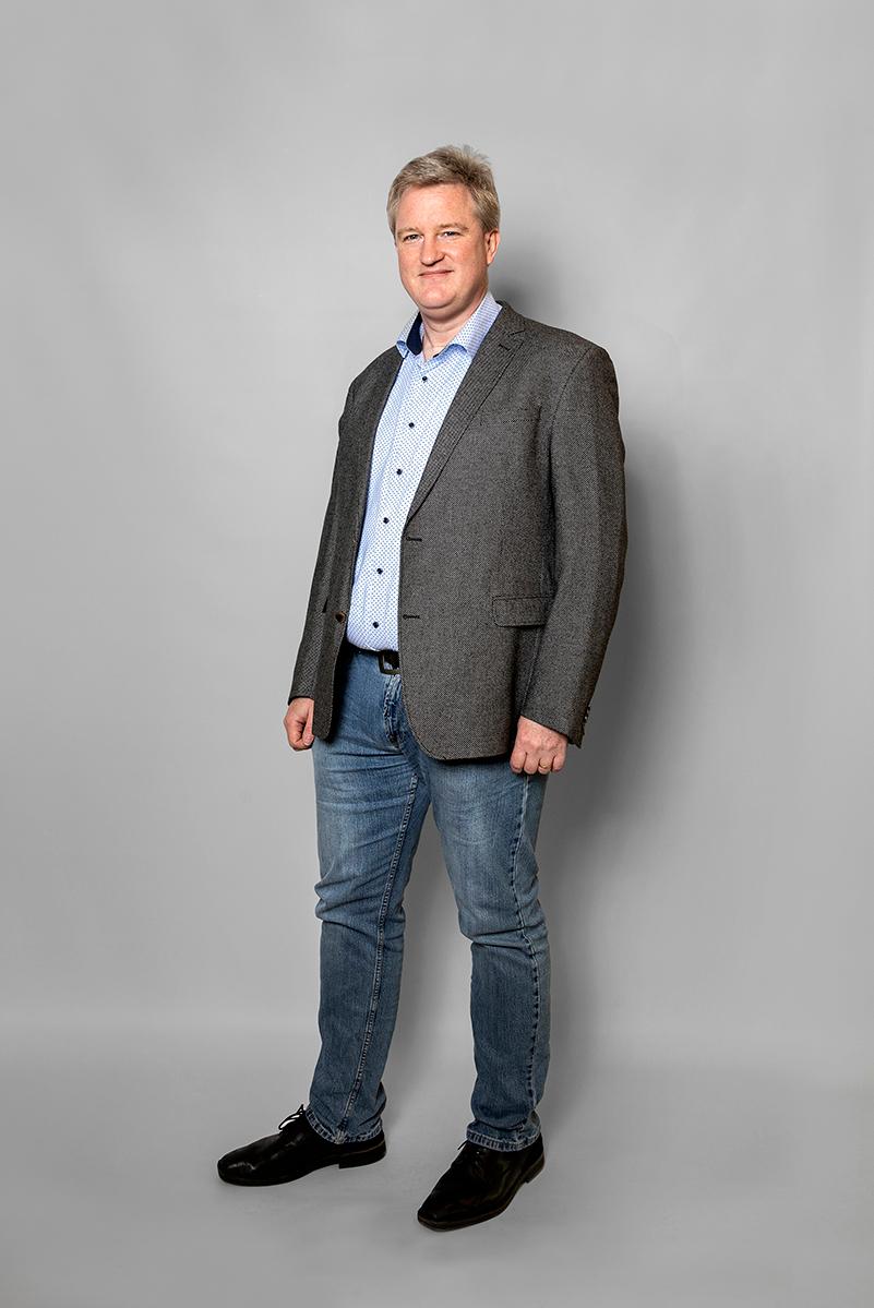 Staande Foto Van Sander Ouburg PhD (CIO) Op Een Grijs Doek.